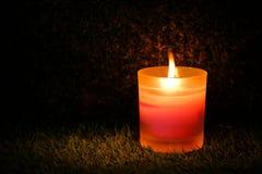 Bön- och hoppbegrepp Retro rosa färgstearinljusljus i crystal glas arkivfoto