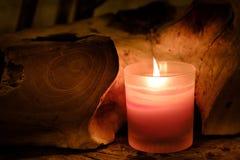 Bön- och hoppbegrepp Retro rosa färgstearinljusljus i crystal glas royaltyfri foto
