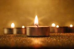 Bön- och hoppbegrepp Retro stearinljusljus med belysningeffekt Royaltyfri Bild