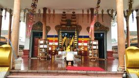 Bön som ber i Buddhatempel Royaltyfri Bild