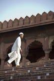 Bön som skriver in Jama Masjid, gammala Delhi Royaltyfri Fotografi