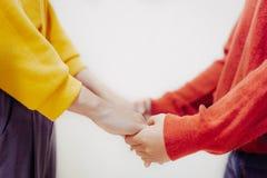 Bön tillsammans och rymma händer royaltyfri fotografi