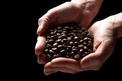 bönakaffehänder som rymmer den grillade kvinnan Fotografering för Bildbyråer
