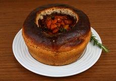 Bönasoppa i bröd arkivfoton