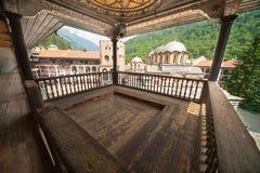 Bönbalkong i den Rila kloster i Bulgarien Arkivbilder