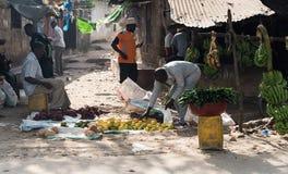 Bönder av zanzibar, Tanzania som säljer frukter på gatan Royaltyfria Foton