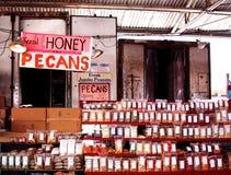Bönder marknadsför pecannöt-, honung- och bipollen Arkivbilder
