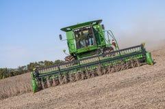 Bönder som kombinerar sojabönor i nedgångskörd Arkivfoton
