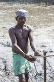 Bönder som plogar det jordbruks- fältet i traditionell väg var en plog fästas till tjurar royaltyfri foto