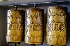 Bönekvarnar i buddistisk tempel Arkivbild