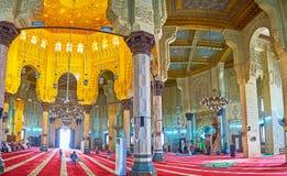 Bönen i Abu al-Abbas al-Mursi Mosque, Alexandria, Egypten Arkivbild