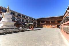 Bönen rullar in en tibetan tempel av ShuHe den gamla staden, en Unesco-världsEritage plats inte långt från Lijiang den gamla stad Royaltyfria Bilder