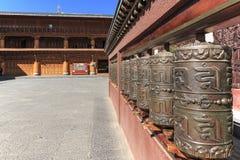 Bönen rullar in en tibetan tempel av ShuHe den gamla staden, en Unesco-världsEritage plats inte långt från Lijiang den gamla stad Fotografering för Bildbyråer