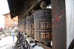 Bönen rullar in Katmandu Arkivbilder