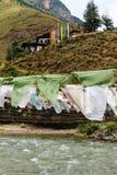 Bönen sjunker på järnbron av den Tamchog Lhakhang kloster, den Paro floden, Bhutan Royaltyfria Foton