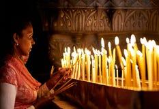 Böner i den heliga griftkyrkan i Jerusalem Arkivbilder