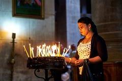 Böner i den heliga griftkyrkan i Jerusalem Arkivfoto