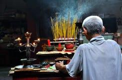 Böner i en pagod. Vietnam Arkivfoto