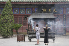 Böner i tempel av chief minister i den Kaifeng staden, centrala Kina Arkivfoto