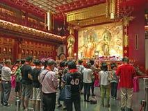 Böner på den buddistiska templet, Singapore Royaltyfri Foto