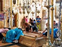 Böner på stenen av att smörja i den heliga griftkyrkan Royaltyfria Foton