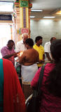 Böner som ber i hinduisk tempel Arkivfoto