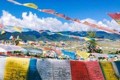Bönflagga i Shangrila, Yunnan, med blå himmel och molnet royaltyfria bilder