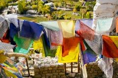 Bönflagga på den Leh staden, Ladakh region Royaltyfria Bilder