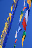 Bönflaggor floatting i himlen i Bhutan royaltyfri bild