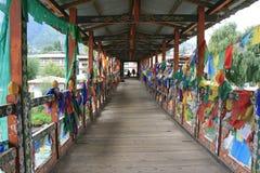 Bönflaggor hängdes på stängerna av en bro i Thimphu (Bhutan) Arkivfoton