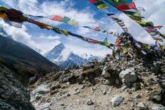 Bönflaggor i bergen av Nepal Royaltyfri Fotografi