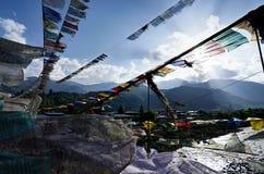 Bönflaggor och solnedgång i Bhutan arkivfoton
