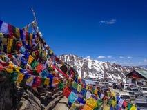 Bönflaggor på Khardungla passerar, Ladakh Indien Arkivbilder