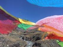 Bönflaggor som vinkar i vind - montering Kailash Kora i vår i Tibet i Kina Royaltyfria Foton