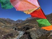 Bönflaggor som vinkar i vind - montering Kailash Kora i vår i Tibet i Kina Arkivfoto
