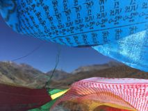 Bönflaggor som vinkar i vind - montering Kailash Kora i vår i Tibet i Kina Royaltyfri Bild