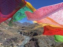 Bönflaggor som vinkar i vind - montering Kailash Kora i vår i Tibet i Kina Arkivbilder