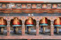 Bönhjul installerades i borggården av Kyichu Lhakhang i Paro (Bhutan) Arkivbild