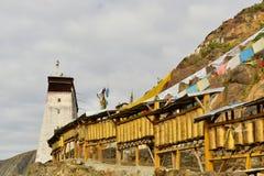 Bönhjul runt om kloster i Shigatse, Tibet Arkivbild