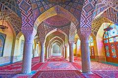 Bönkorridoren med kolonner, rosa moské i Shiraz, Iran Arkivfoto