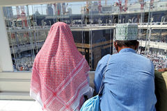 Bönmuslim i Kaaba Mecca Saudi Arabia royaltyfria bilder