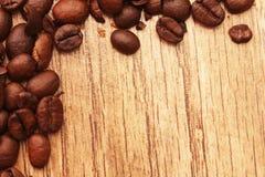 Bönor för bakgrundsträdspridda träkaffe Arkivbild