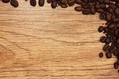Bönor för bakgrundsträdspridda träkaffe Arkivfoton