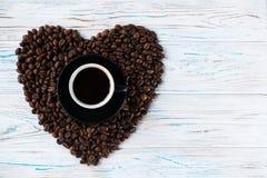Bönor för en kopp kaffe på en träljus bakgrund ovanför sikt Frigör stället för inskrifter på rätten Arkivfoton
