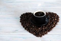 Bönor för en kopp kaffe på en träljus bakgrund ovanför sikt Fritt utrymme för inskrifter överst och lämnat Fotografering för Bildbyråer