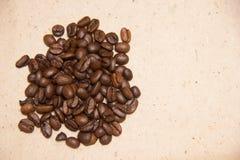 Bönor för ett handfullkaffe på en beige bakgrund inpackning för vektor för tema för dryckillustrationpapper retro royaltyfri fotografi