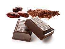 Bönor för kakao för chokladstänger och kakaopulver på vit Royaltyfri Bild