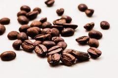 bönor frukosterar ideal isolerad makro för kaffe över white grillat bönakaffe royaltyfri foto