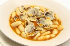 Bönor med musslor royaltyfri bild