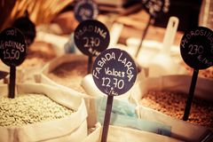 Bönor och ärtor i den lokala marknaden, Spanien Royaltyfri Foto
